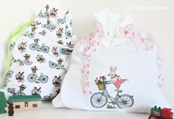 dos bolsas diy hechas de tela estampada, las mejores ideas sobre como hacer un regalo DIY en bonitas imagenes