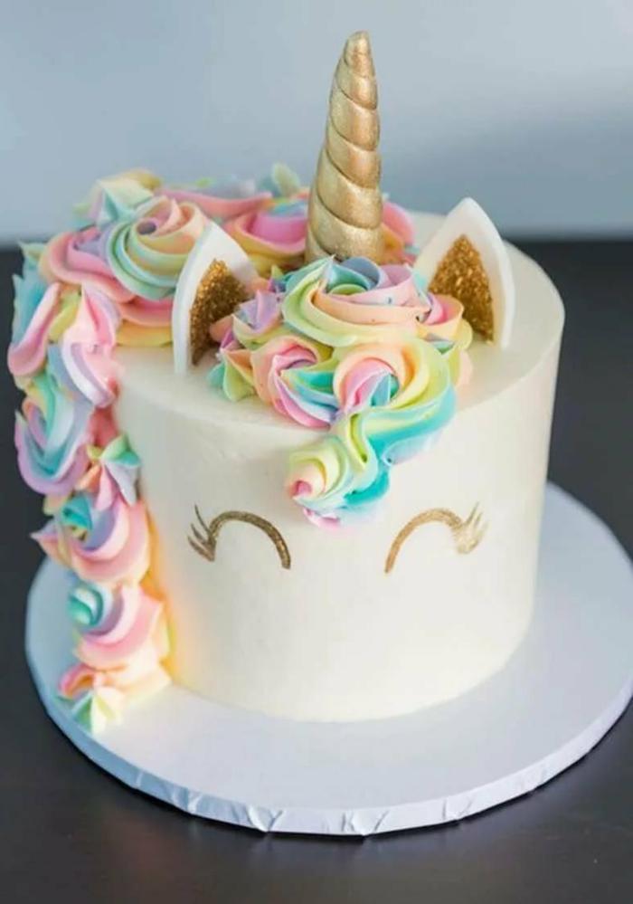 tarta con glaseado blanco y bonita decoracion en colores pastel, tarta de galletas y chocolate, imagenes de tartas bonitas