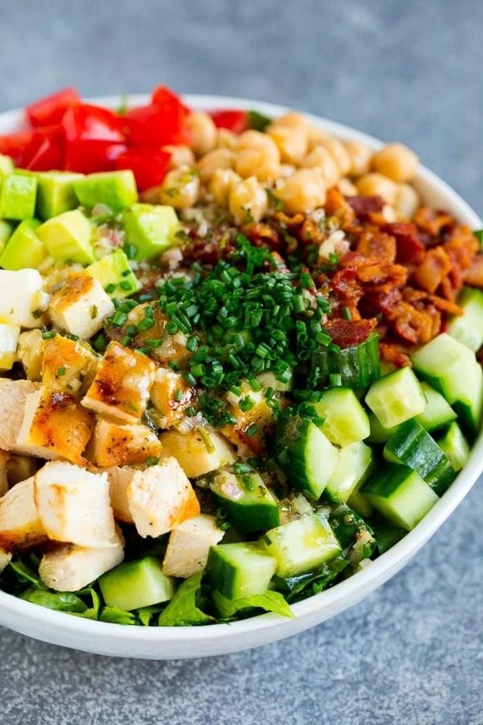 las mejores ideas de ensaladas para estar lleno, pollo hervido, pepinos, aguacate, garbanzos cocidos y tomates