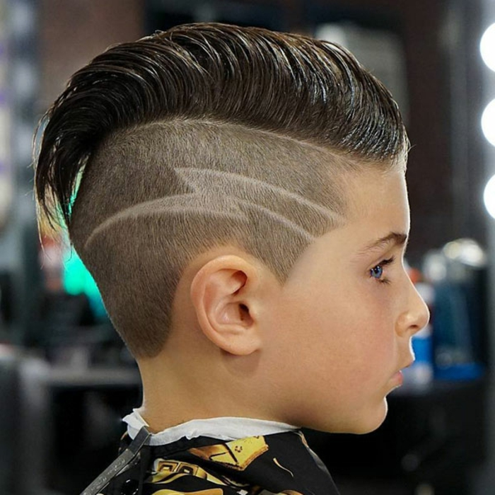 fantasticas ideas de rayas en el pelo para pequeños y adultos, peinados con sienes rapados y grande tupé con laca