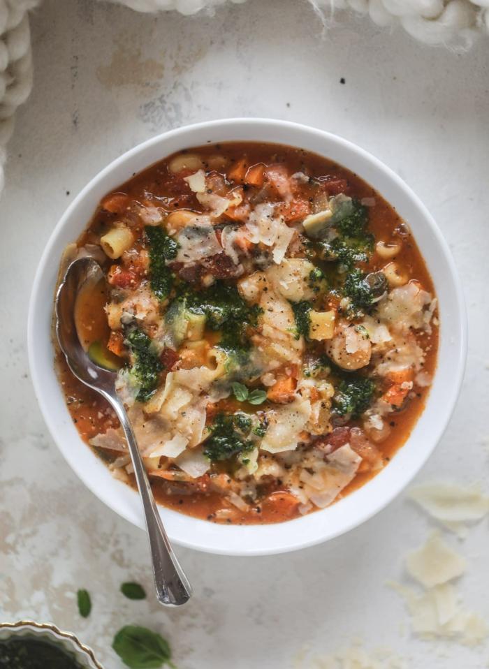 sopa minestrone con muchas verduras, recetas de sopas ricas con muchas vitaminas, recetas de cocina faciles y sanas