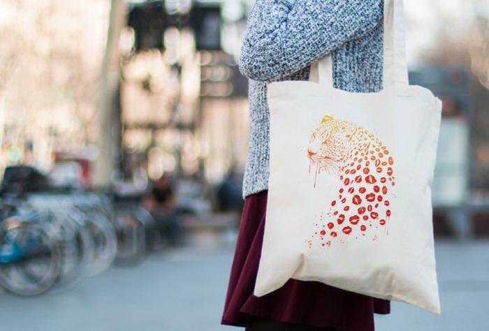 bolso reutilizable estampado con dibujo de un tigre, las mejores ideas de regalos DIY hechos de reciclaje en fotos