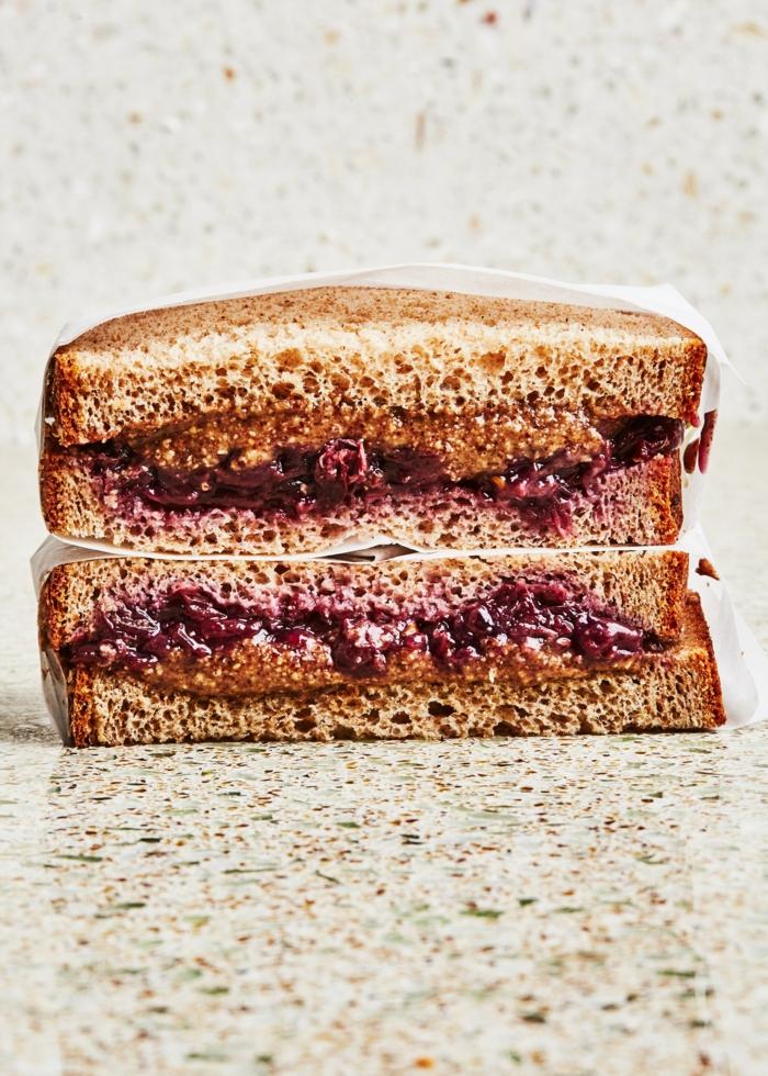 ideas de meriendas sanas y super faciles de hacer, mantequilla de mani y mermelada de frutas, bocadillos para empezar el dia