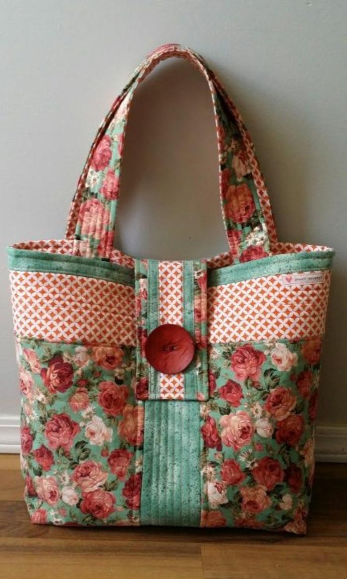 precioso bolso de trozos de tela coloridos, ideas sobre manualidades para regalar a tu mejor amiga en imagenes bonitas
