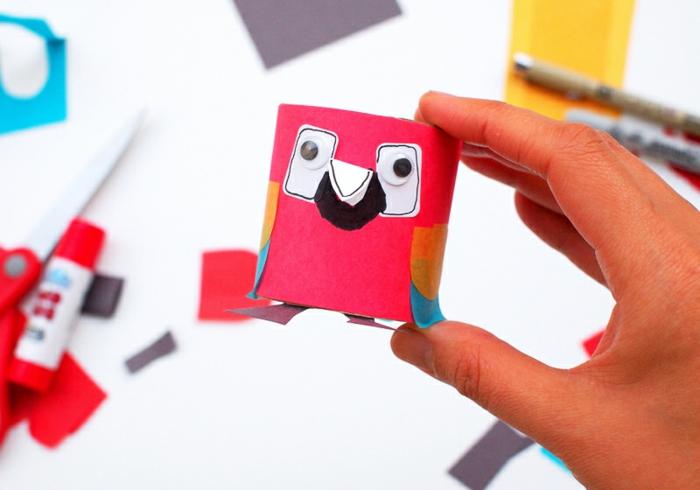 pequeño loro en color rojo hecho de tubo de cartón, manualidades en casa, manualidades de reciclaje faciles de hacer