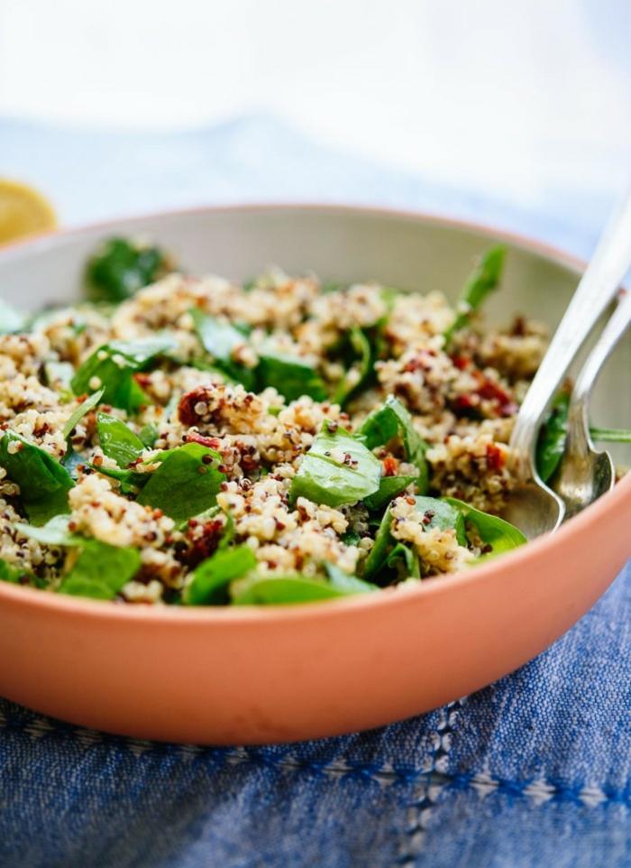 ideas de recetas con espinacas frescas, recetas con espinaca, ensalada con espinacas, quinoa roja y blanca en un bol grande