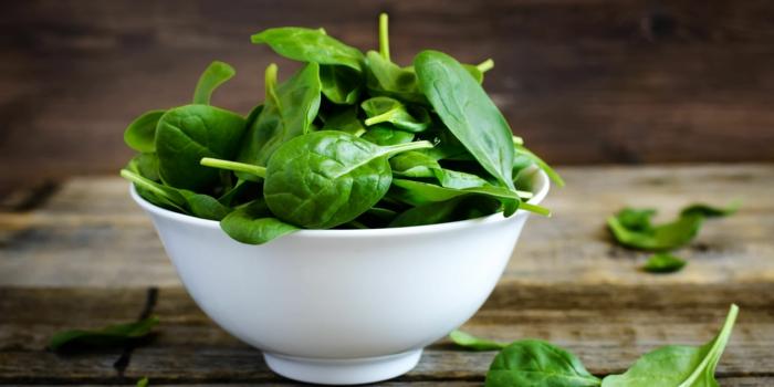 recetas con espinacas frescas fáciles y rápidas, fotos con ideas de recetas de ensaladas con espinacas y verduras frescas