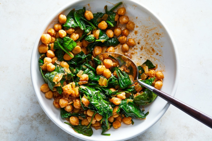 fotos de recetas con espinacas frescas, espinacas frescas con garbanzos, ideas de ensaladas ricas en vitaminas y nutritiva