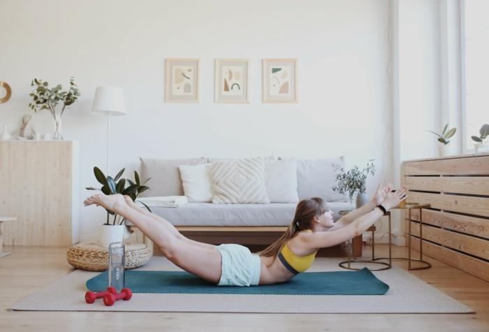 ideas para hacer ejercicios de yoga, fotos de gente que entrena en casa durante el confinamiento, como hacer deporte en casa