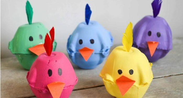 mini pollos coloridos hechos de cartón de huevos, manualidades con carton de huevo, manualidades con carton para niños