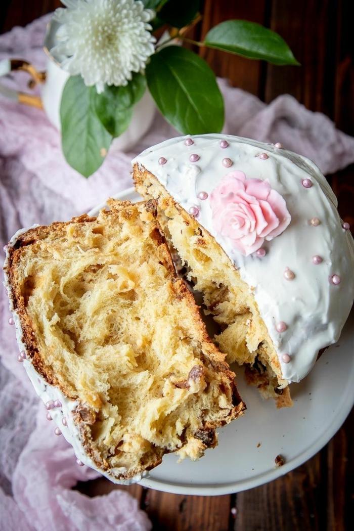 pan casero dulce para hacer en casa, receta mona de pascua original con glaseado blanco y decoraciones, perlas de azúcar