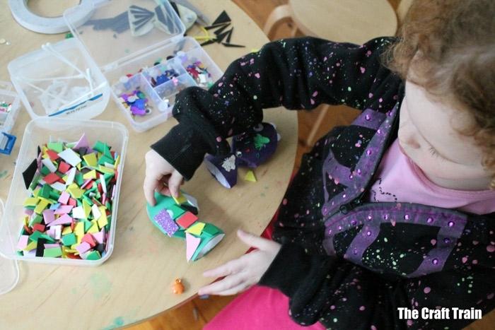 manualidades para hacer en casa para pequeños y adultos, peces divetidos decorados con detalles coloridos en casa