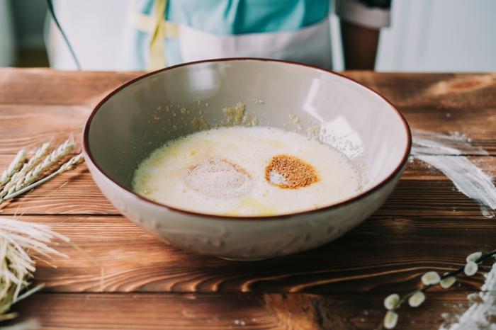 bol grande con los ingredientes, huevos, azucar, ideas de recetas faciles y rapidas de postres de semana santa tipicos