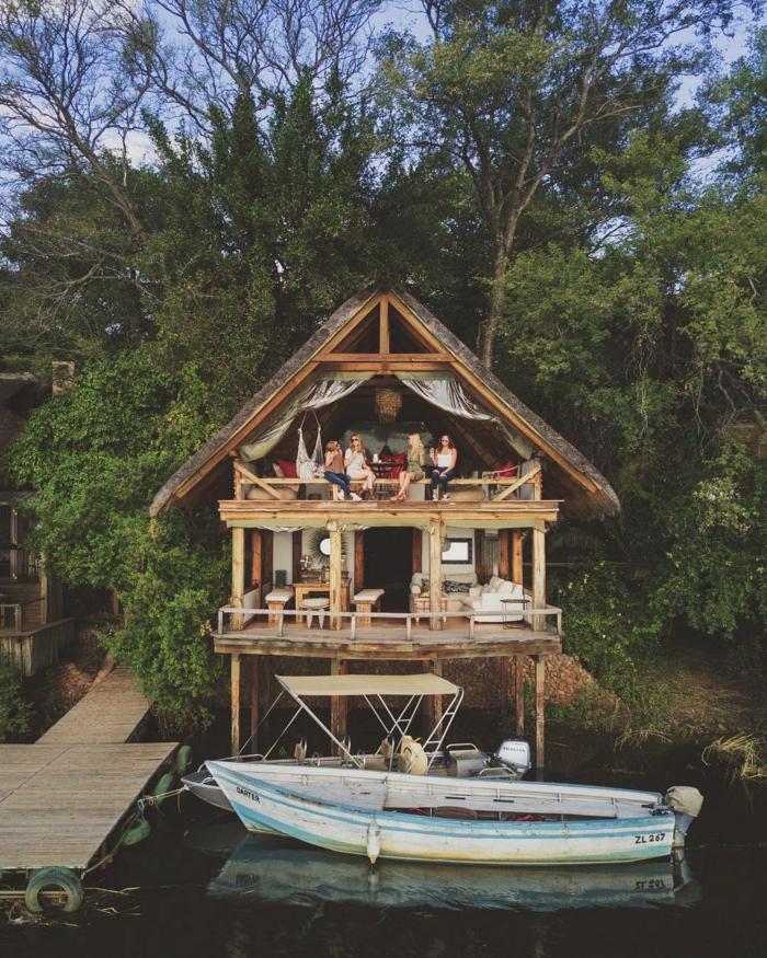 casita de madera en la orilla del rio, originales ideas para despedida de soltera en imagenes, fotos de vacaciones originales