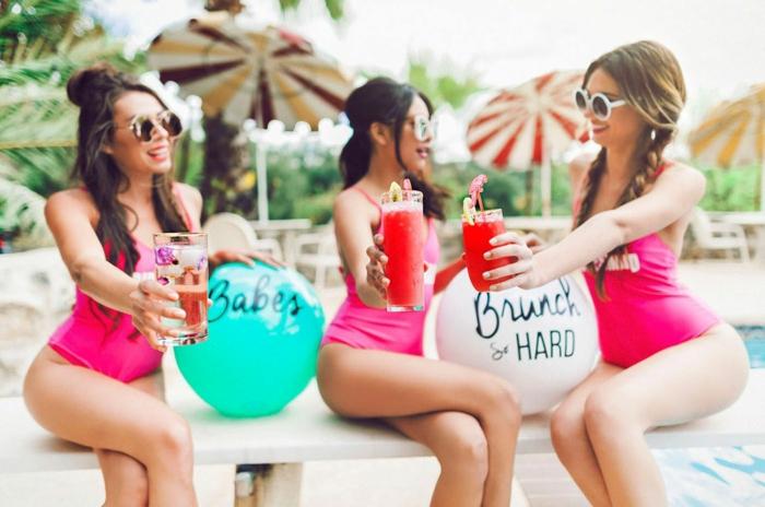 tres amigas en una fiesta veraniega, ideas para despedida de soltera, despedida de soltera con amigas en una piscina