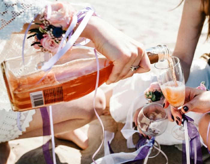 botella de champan en una despedida de soltera en el mar, ideas de despedidas de soltera originales en imagenes bonitas
