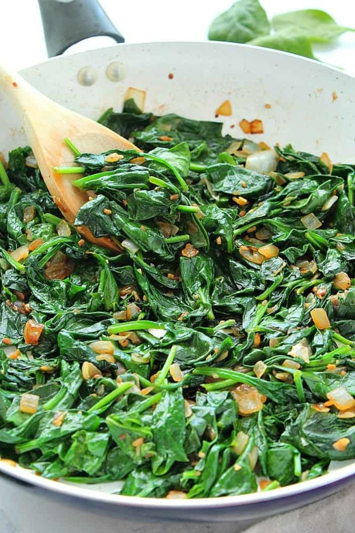 espinacas cocidas a vapor con cebolla, ideas de platos saludables y nutritivos para estar energizado durante todo el dia