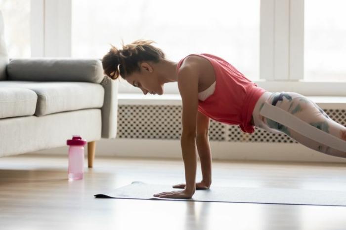 ideas utiles de ejercicios para hacer en casa para hombres y mujeres, fotos de ejercicios sencillos y faciles de hacer en tu hogar
