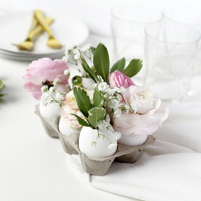 centro de mesa bonito para decorar la casa, decoracion con hueveras, huevos de pascua, flores y rosas decorativas