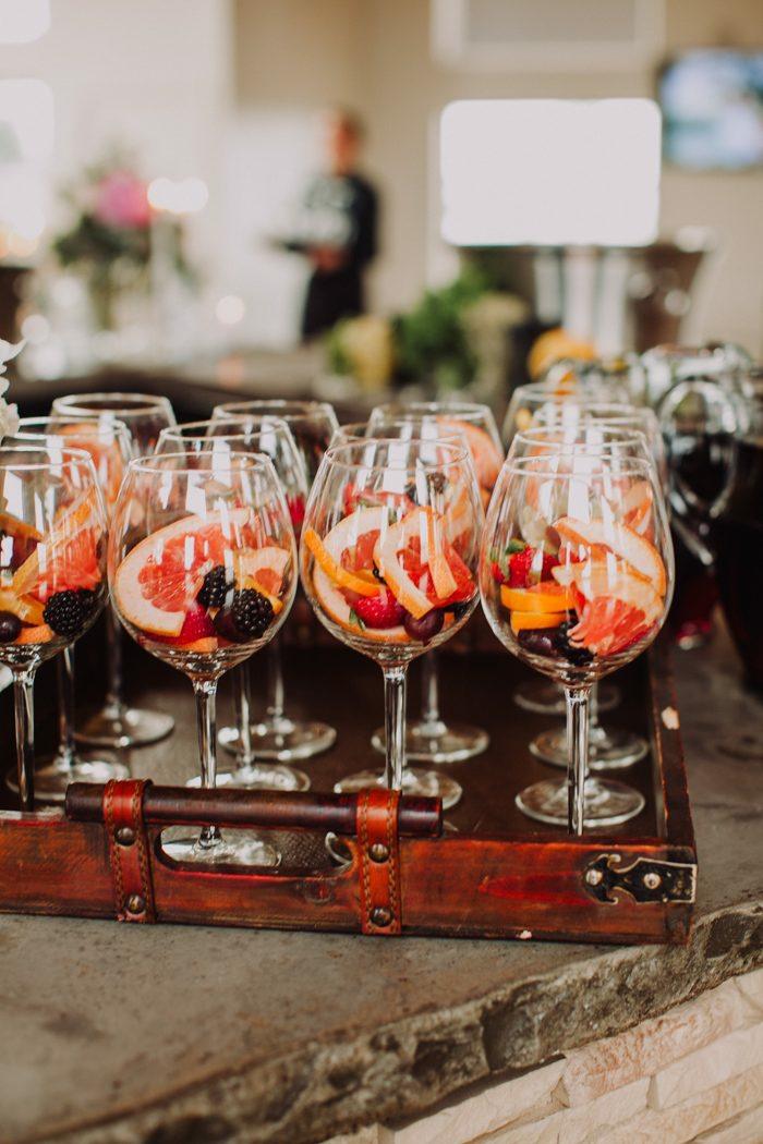 copas de sangria para beber en una despedida de soltera, originales ideas de bebidas y tratos para fiestas despedida de soltera