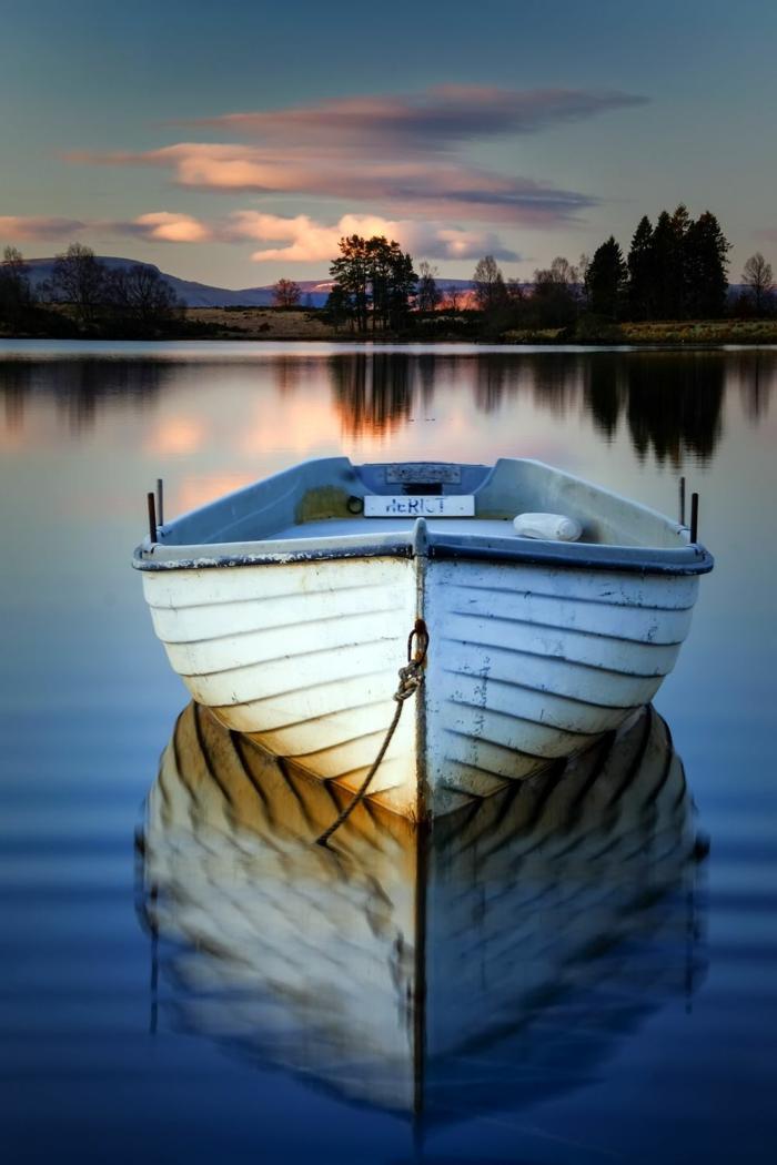 fotos de agua relajantes, barco en la orilla de un lago, imagenes relajantes, preciosos imagenes de naturaleza al atardecer