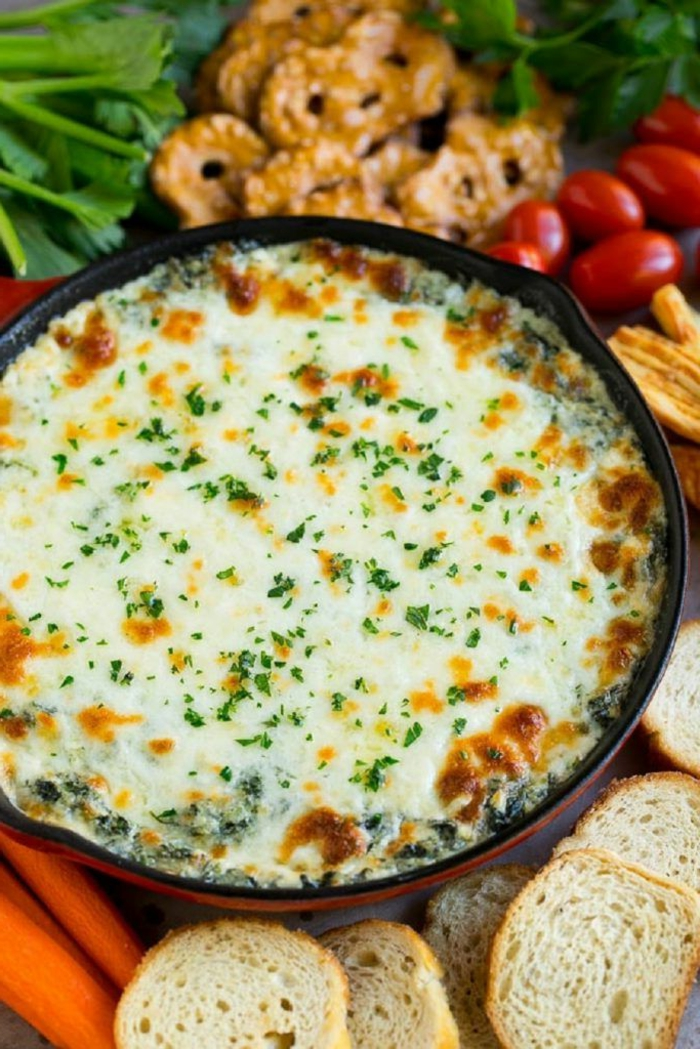 dip casero con quesos y espinacas, fotos de platos con productos estacionales, ideas de comidas faciles de hacer en casa