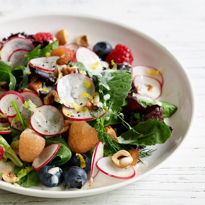 recetas con espinacas frescas, ensalada con espinacas frescas, rabanos, arandanos, moras, ideas de ensaladas frescas