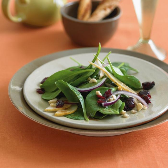recetas de espinacas con frutas, hojas de espinacas frescas, pasas y nueces, ensaladas faciles de hacer y ricas en proteinas
