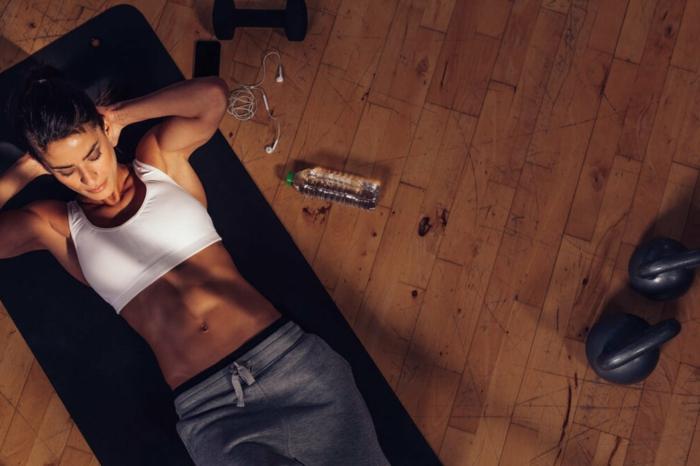 ejercicios para gluteos y abdomen, ideas de ejercicios para entrenar en casa, fotos con ideas sobre como hacer deporte en casa