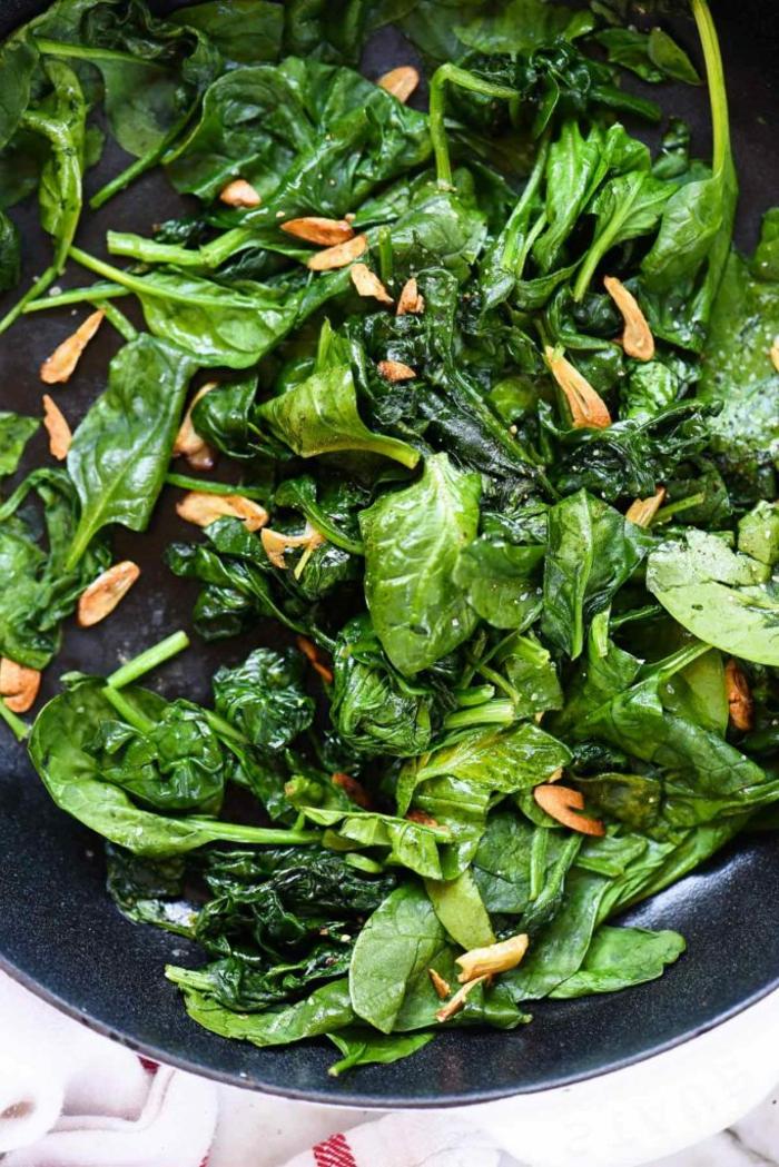 ideas de recetas veganas f'aciles con espinacas, plato con espinacas frescas y nueces, ideas de cenas ligeras y saludables