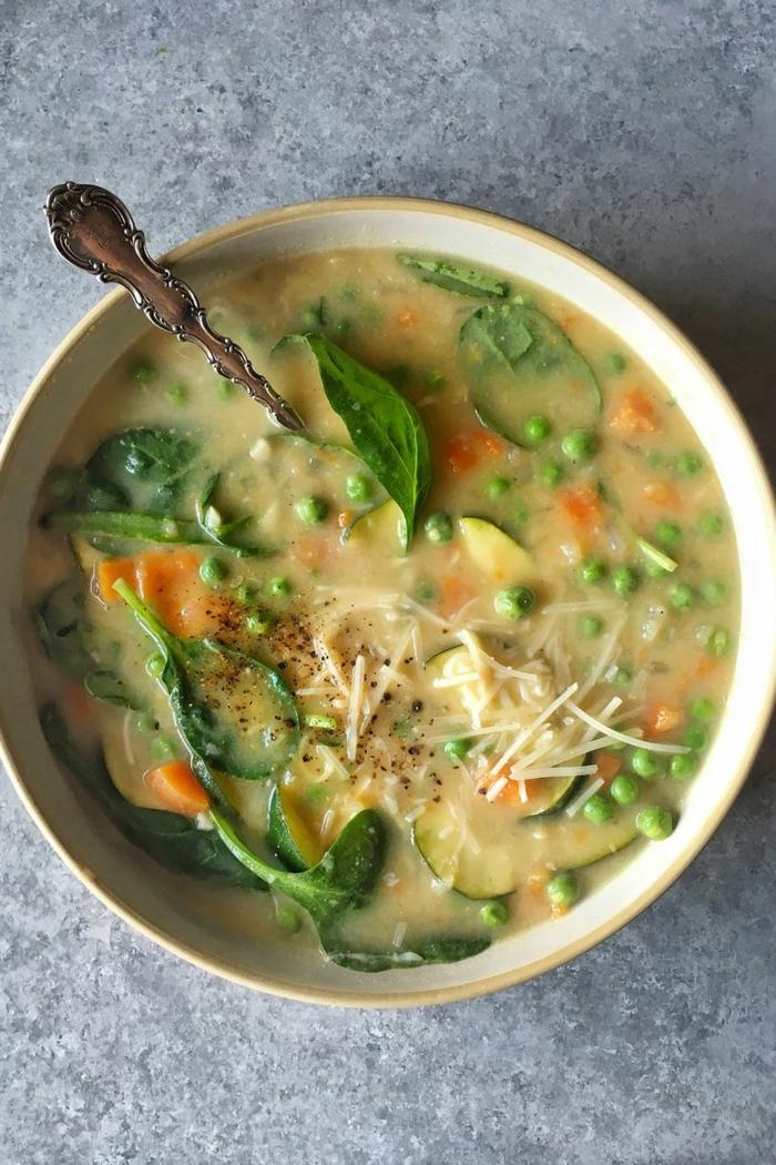 ideas saludables sobre como preparar espinacas, sopa de primavera con verduras y espinacas, fotos con ideas de recetas