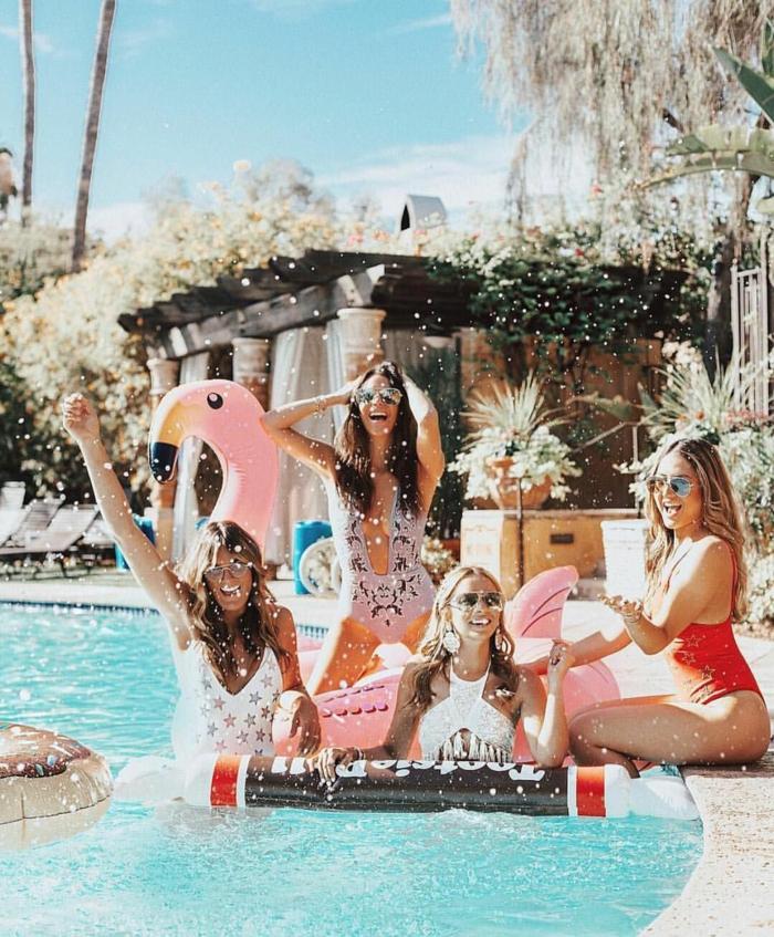ideas de actividades despedida de soltera originales, mujeres festejando en una piscina, las mejores ideas de fiestas despedida de soltera