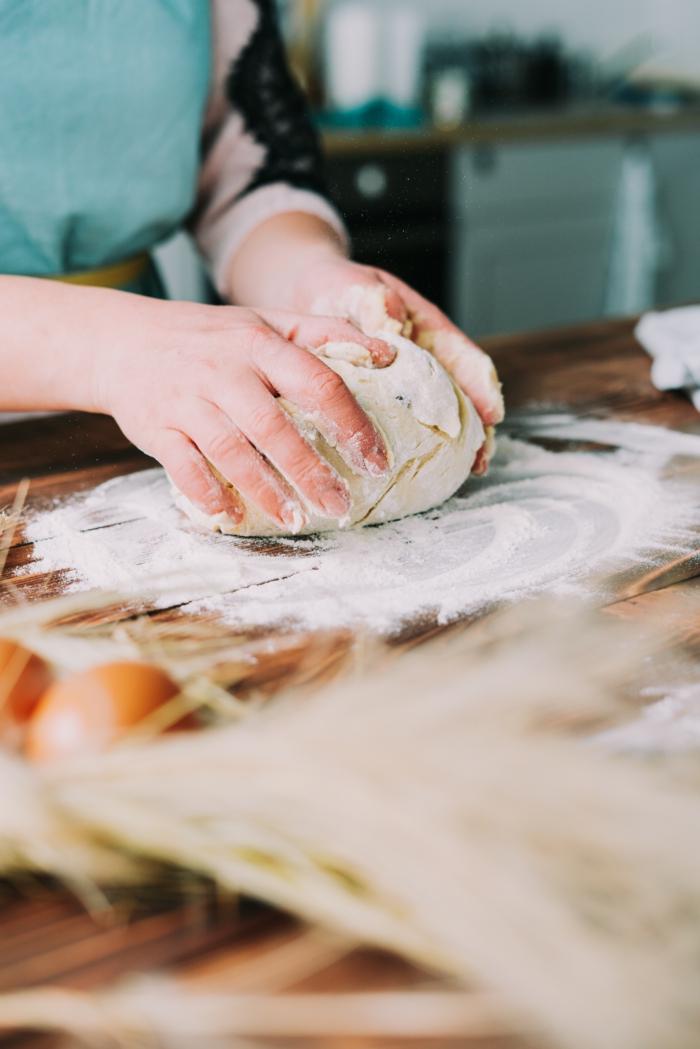 propuestas de recetas caseras para preparar en semana santa, como hacer roscon de pascua, amasar la masa bien