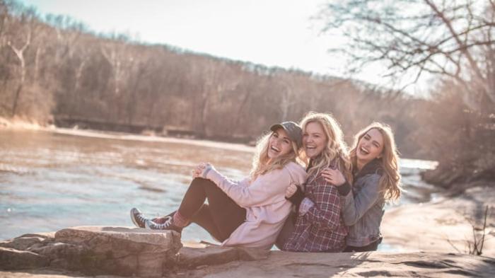 tres amigas en un fin de semana femenino, juegos para despedida de soltera originales y fáciles de hacer, fotos de despedidas