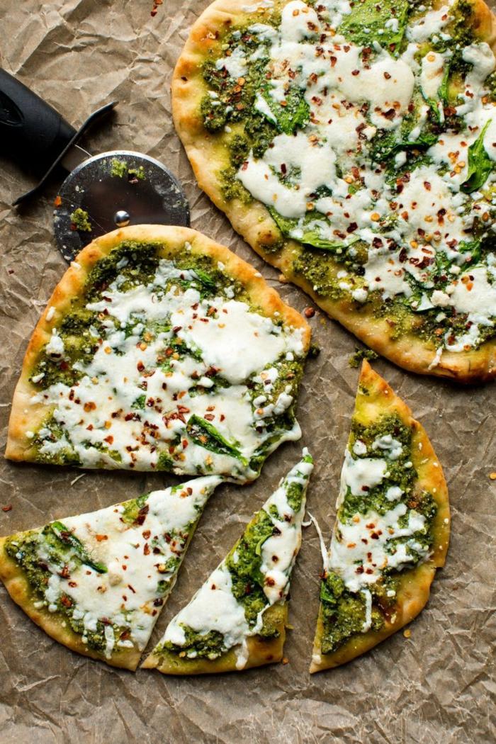 pizza casera con quesos y espinacas, ideas de como cocinar espinacas, cenas saludables, pizza con queso hundido y vegetales