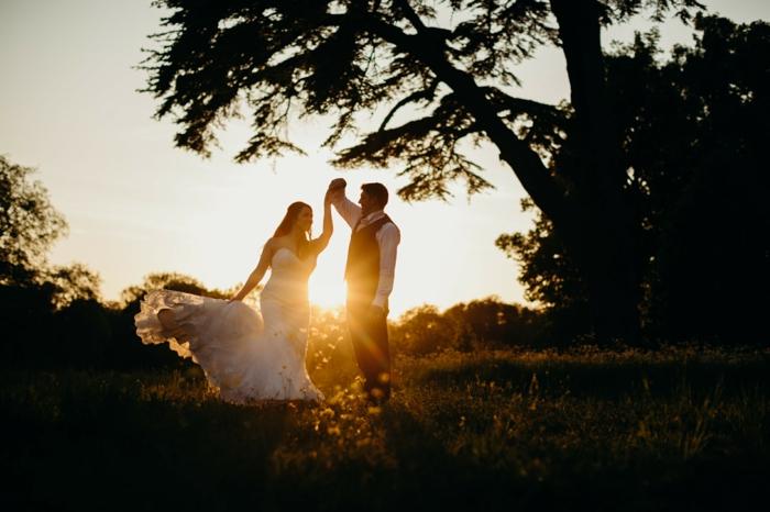 foto romántica de novios en el dia de su boda, ideas de cosas optimistas para contemplar mientras estas en cuarentena