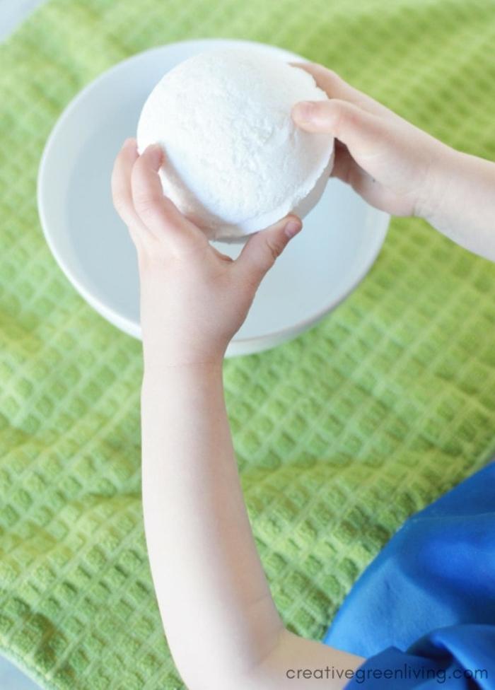las mejores propuestas de manualidades infantiles, como hacer bombas de baño en casa con una sorpresa dentro