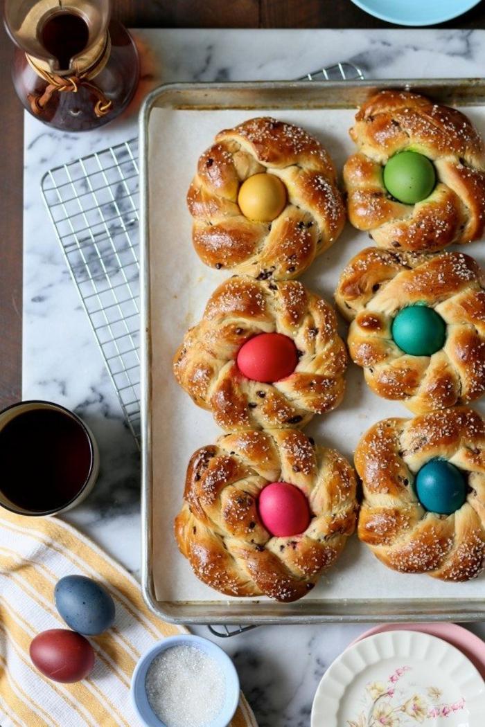 como hacer monas de pascua y roscones, originales ideas de recetas de dulces y pasteles adornados de huevos coloreados
