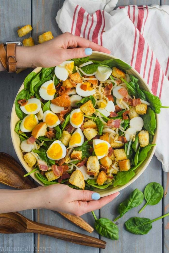ideas de recetas con espinacas frescas, ensalada con huevos duros y espinacas, recetas bajas en calorias en imagenes