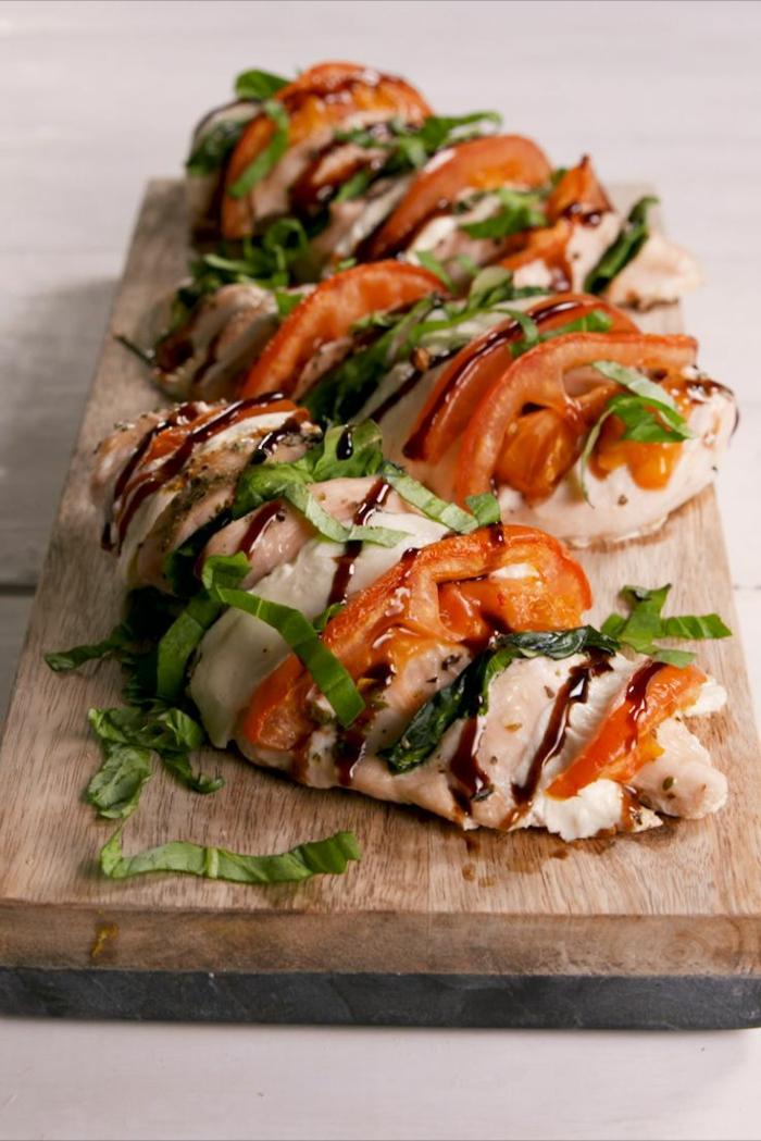pollo con relleno caprese de espinacas frescas, queso mozzrella y tomates, ideas de recetas sanas para cenar en fotos