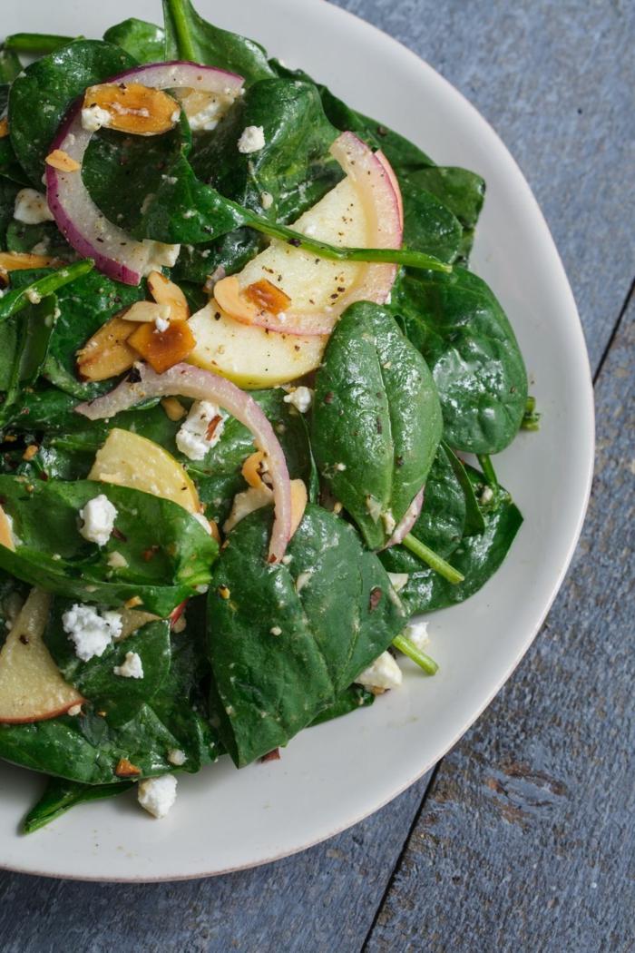 recetas sanas para cenar, ensalada con espinacas frescas, balsámico, cebolla roja y nueces, ideas de platos sanos y ricos