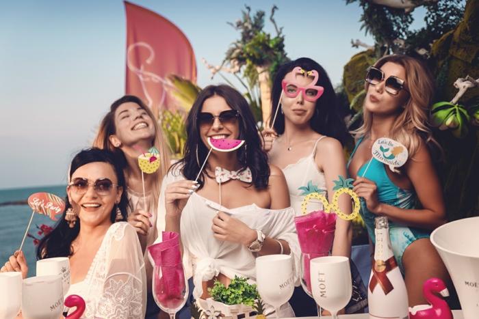 ideas divertidas para una despedida de fiesta al mar, como organizar una despedida de soltera, ideas para despedidas de solteras originales