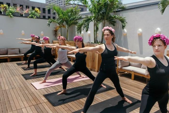 actividades interesantes e ideas sobre que hacer en una despedida de soltera, organizar un clase de yoga a aire libre