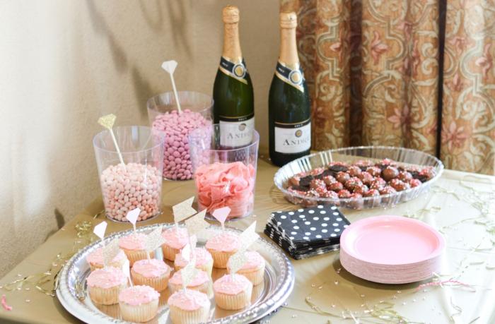 ideas para un menu despedida de soltera, magdalenas decoradas, caramelos y botellas de champán, que hacer en una despedida de soltera