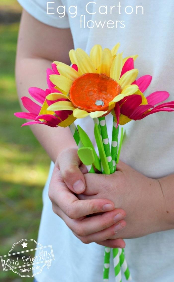 excelentes ideas de manualidades con reciclaje facles de hacer, flores de carton en bonitas colores, fotos de manualidades