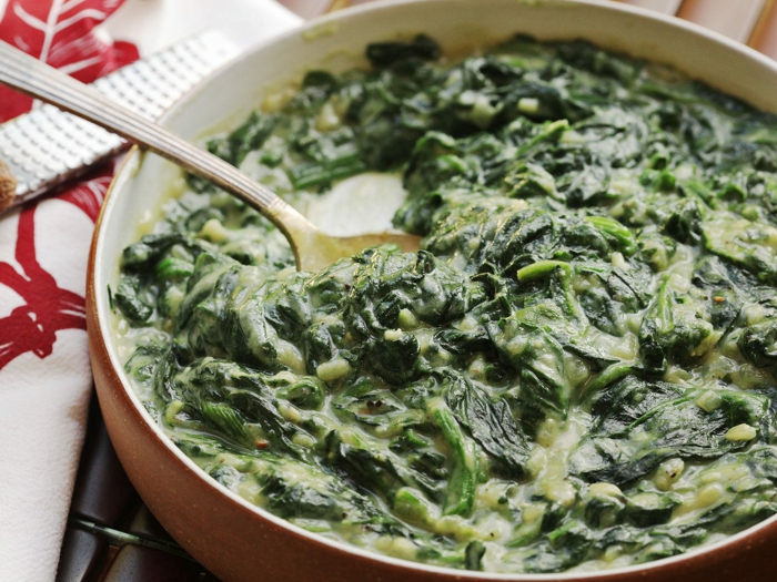 recetas faciles y economicas para todos los dias, platos ricos y fáciles de hacer, espinacas con salsa cremosa en una sartén
