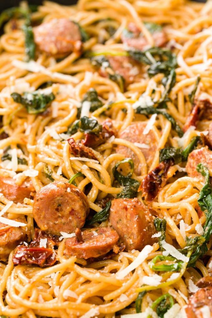 pasta espaguetis con chorizo, queso rallado y espinacas, recetas con espinacas faciles, fotos de recetas faciles yy ricas