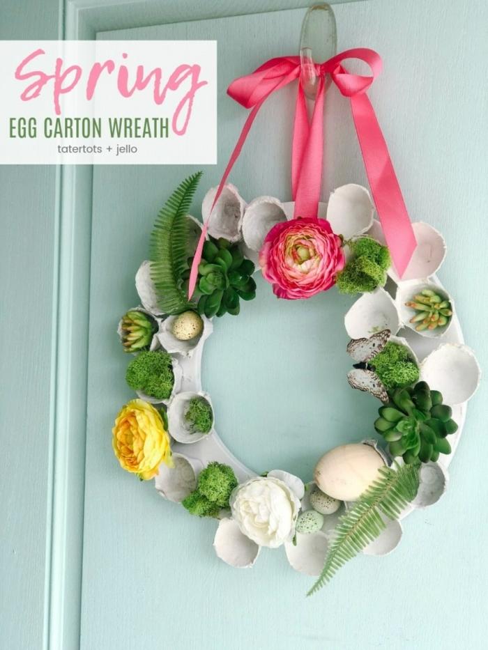 decoracion preciosa, corona decorativa para decrar la puerta, corona de huevera de carton, manualidades de pascua para niños