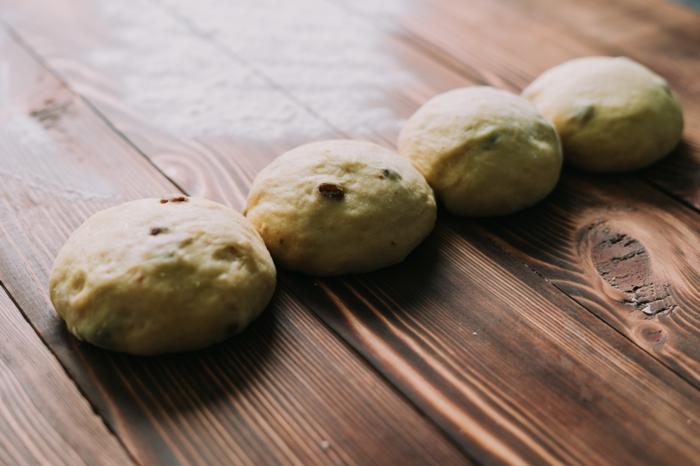 divide la masa en cuatro bolas, tutoriales de recetas caseras de semana santa, como hacer una mona de pascua paso a paso