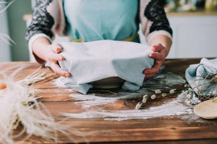 deja reposar la masa durante hora, cubre el recipiente con una toalla, ideas de recetas caseras de postres para la semana santa